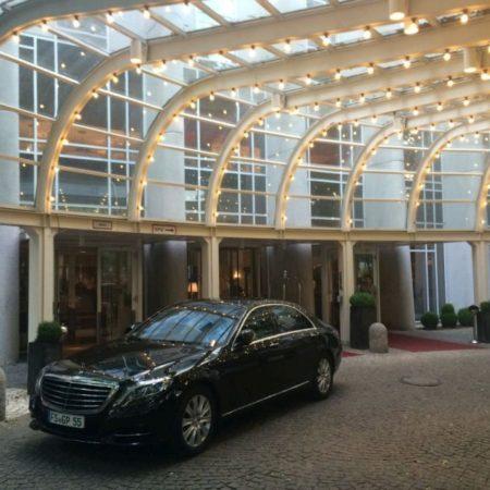 G&P Limousine vor Hoteleinfahrt München